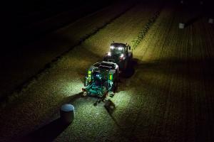 Las luces de trabajo en la empacadora facilitan la operación nocturna