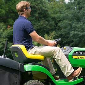 Operador segando césped con tractor X146R