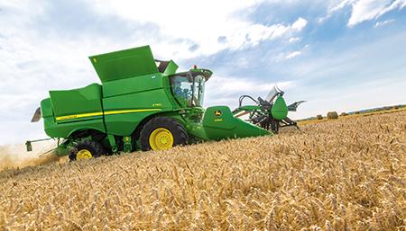 En descente, les grilles à grains et à ôtons se ferment tandis que le régime du ventilateur augmente pour empêcher que les grains ne s'accumulent à l'avant de la machine.