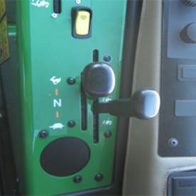 Commandes de la transmission, levier de gammes et levier de la transmission quatre roues motrices (4RM) à la demande (tondeuse illustrée : 1585)