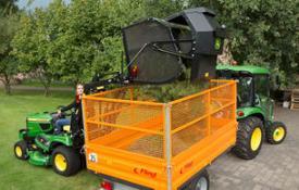 Le tracteur X950R équipé du collecteur en hauteur offre une plus grande portée et une hauteur de surcharge accrue
