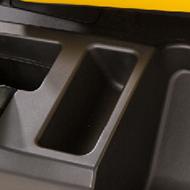 Espace de rangement ouvert sur le côté gauche du véhicule