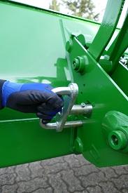 Ouvrir la poignée du tablier porte-équipement (1)