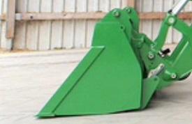 Le chargeur est placé sur le sol avec la benne à niveau (1)