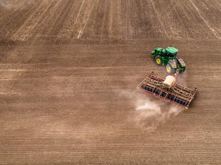 Le système automatise les virages en bout de champs pour réduire le compactage du sol et fournir une croissance uniforme des récoltes