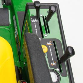 Comandi del dispositivo di sollevamento e della trasmissione, e leva per il kit idraulico ausiliario a uscita singola (in figura, 1570)