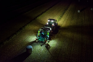 Le luci di lavoro sulla pressa facilitano le operazioni notturne.