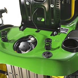 Il sedile rialzato consente di avere un vano portaoggetti e di accedere al rifornimento del carburante.