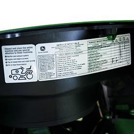 Etichetta adesiva con intervalli di manutenzione posizionata sotto il cofano