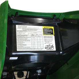 Etichetta con intervalli di manutenzione posizionata sotto il cofano
