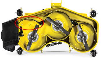 MulchControl™ con deflettore aperto (in figura su un piatto tosaerba da 152 cm [60 in] ad alta capacità)