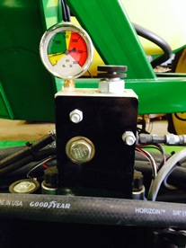 Hydraulic wing down pressure gauge