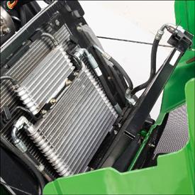 De condensor is naar achter gekanteld om reinigen mogelijk te maken