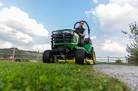 Tractor die maait met 48A-maaidek