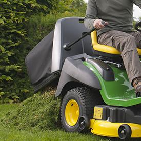 De grascollector van 300 l (8.5-bu) wordt omhoog gebracht om het gras te verwijderen