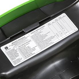 Sticker met onderhoudsintervallen is onder de motorkap geplaatst
