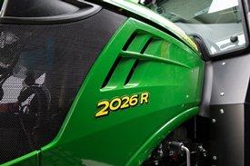 Het rechterzijpaneel van de tractor kan gemakkelijk worden verwijderd