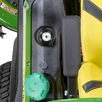 Korek wlewu oleju napędowego i wskaźnik poziomu paliwa
