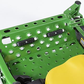 Podpórki pod stopy stanowią standardowe wyposażenie kosiarek Z900 serii R