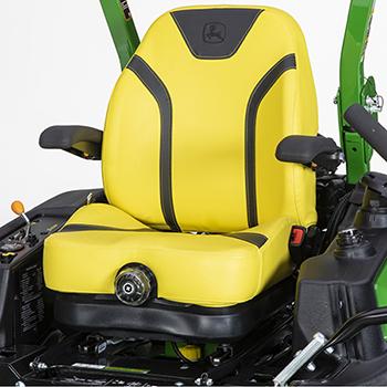 W pełni regulowany fotel z zawieszeniem, podłokietnikami i oparciem o wysokości 61 cm