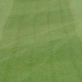 Ślady po zachodzeniu rolek — mietlicowa bieżnia pola golfowego