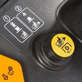 Przełącznik pod siedzeniem umożliwiający koszenie przy jeździe wstecz.
