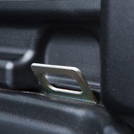 Zintegrowane punkty mocowania pasów transportowych w podłodze skrzyni ładunkowej