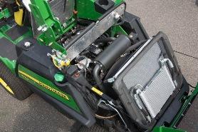 O capô do motor abre-se para a parte traseira