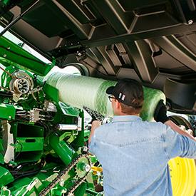 A rampa de carga facilita a manipulação dos rolos