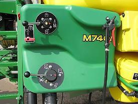 O posto do operador do pulverizador M700i é fácil de controlar com as válvulas rotativas manuais