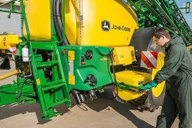 A configuração lógica do posto do operador no pulverizador M700(i) ajuda a preparar a máquina rapidamente para o próximo trabalho