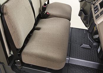 Assento tipo banco com tecido castanho-claro