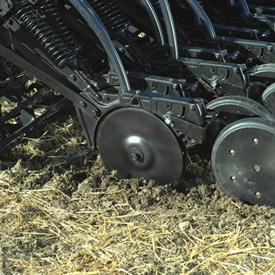 Режущие кромки прорезают пожнивные остатки умеренной плотности