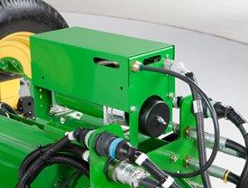 Воздушный компрессор, установленный на внешнем сцепном устройстве сеялки точного высева 1775NT