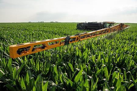 Опрыскиватель Hagie STS на кукурузном поле