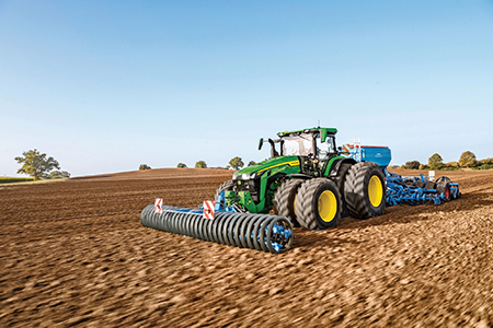 Трактор 8R в поле