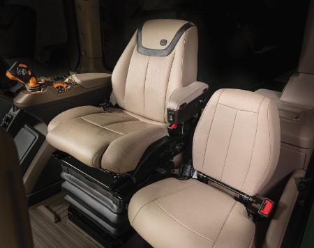 Пакет Ultimate Comfort and Convenience (показан на тракторе 8R)