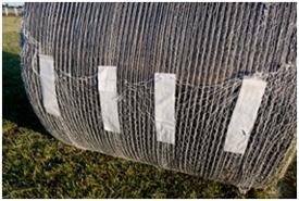 Los pasadores incorporados fijan el B-Wrap a la paca