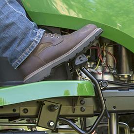 Pie del operador presionando el pedal de control de velocidad