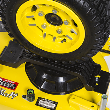 Tractor X758 situándose sobre una plataforma de corte de alta capacidad
