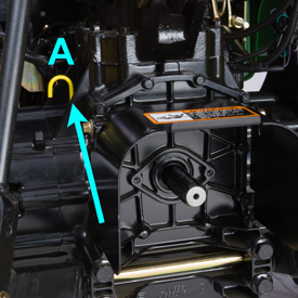 Punto de comprobación de nivel del depósito de la transmisión (A)